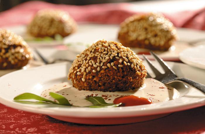 Kichererbsenmedaillons auf Sesambuttersauce